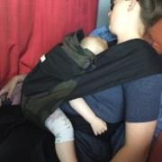 træt mor og baby i bæresele